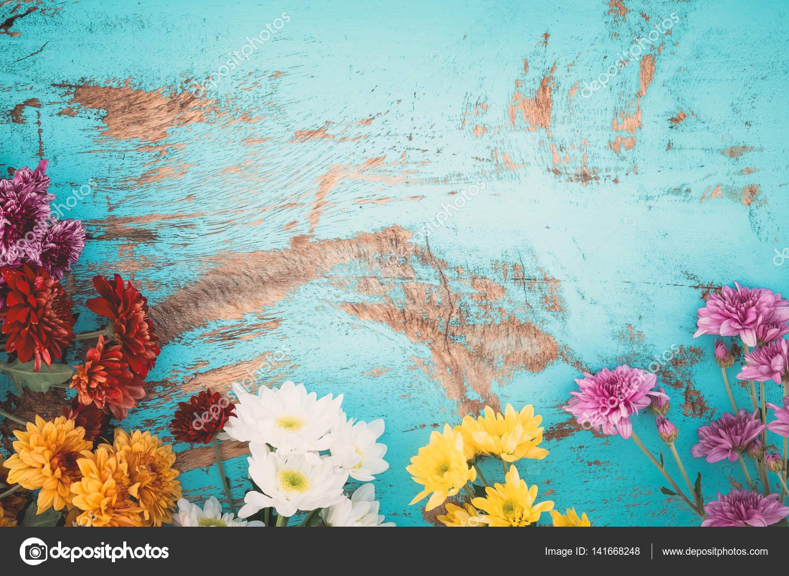 Fondo De Flores Vintage: Ramo De Flores De Colores Sobre Fondo De Madera Vintage