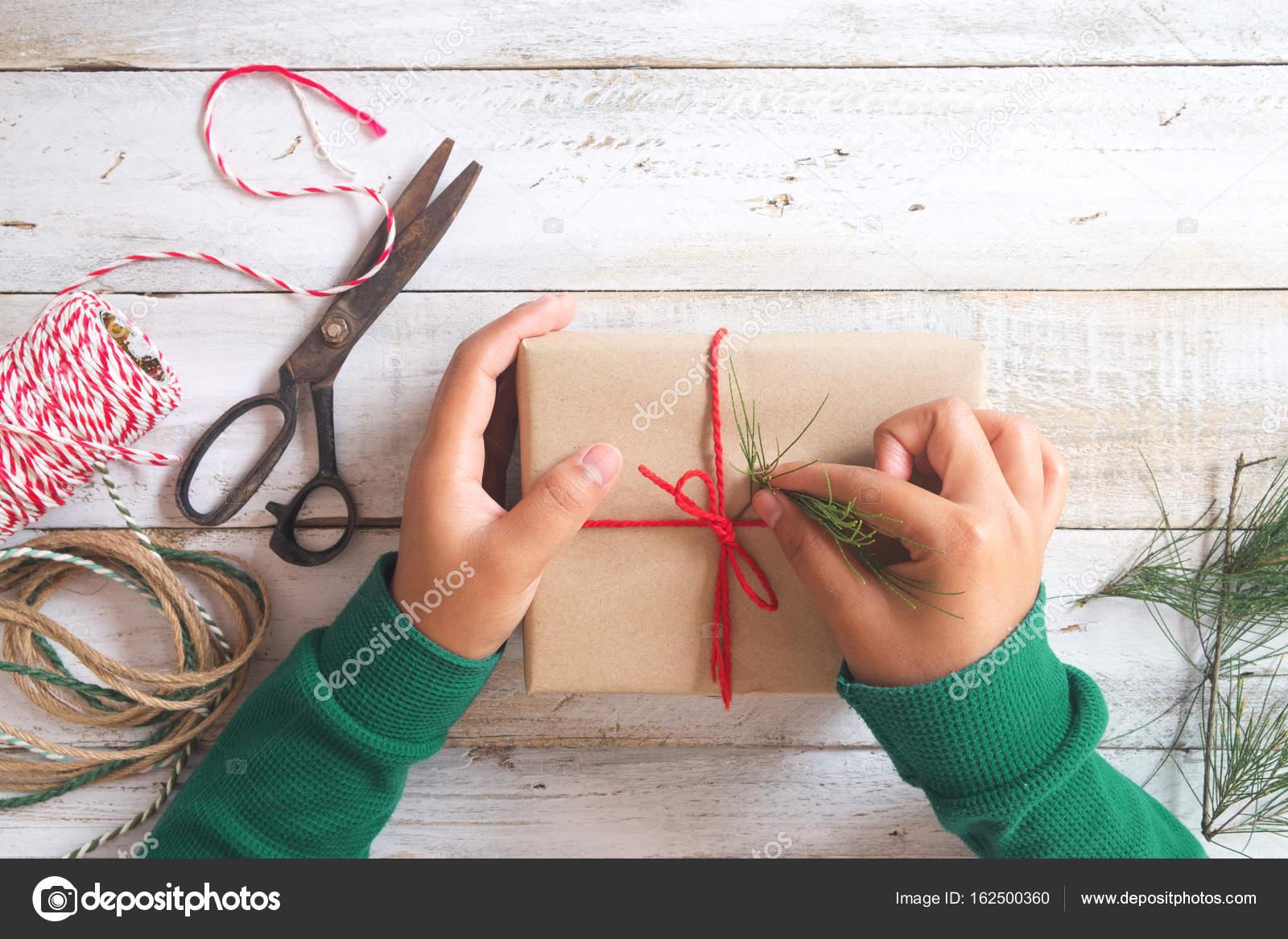 Mädchen-Hände Verpackung Geschenk für Weihnachtsgeschenke ...