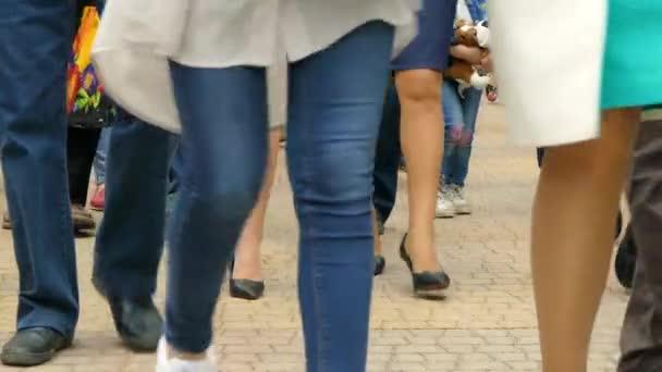 Nelze rozpoznat lidi metrů pěšky podél pěší ulici