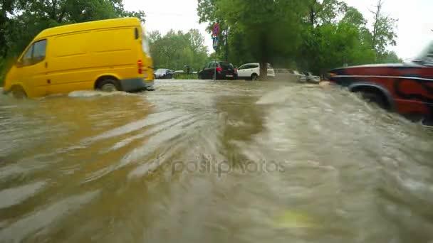Cesta po povodni na jednotky, které vozy