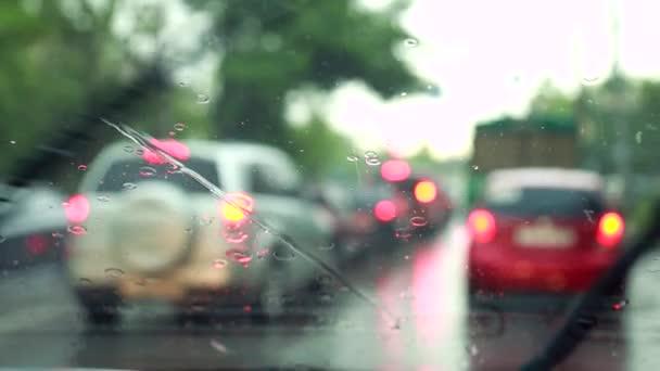 Stírače čelního skla odstraní kapky deště z čelního skla
