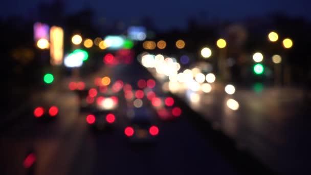 4k Bokeh von Autoscheinwerfern. auf der Straße in der Nacht bunte Kreise Video-Hintergrund-Schleife glasige kreisförmige Formen führen einen bunten Tanz auf. Bewegungshintergrund, der nur