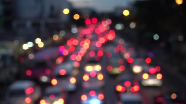 4k Bokeh von Autoscheinwerfern. auf der Straße in der Nacht bunte Kreise Video-Hintergrund-Schleife glasige kreisförmige Formen führen einen bunten Tanz auf. Bewegungshintergrund, der sich perfekt für Veranstaltungen eignet
