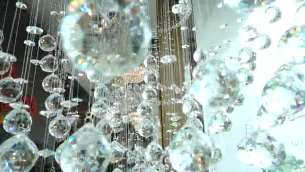 Closeup krystaly. Křišťálový lustr detaily pozadí. Předsazení diamanty s blikající zářivý odraz. Zpomalený pohyb 240 fps. Vysokorychlostní kamery výstřel. Full Hd 1080p. Slowmotion