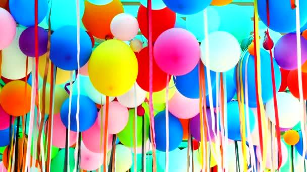 4 k színes léggömbök és szalagok