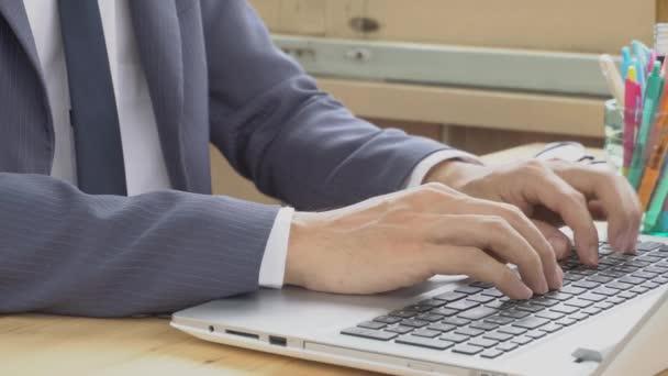 Podnikatel v obleku, psaní na klávesnici pro laptop. Malé podnikání malých a středních podniků nebo spuštění lidskou práci nebo kontaktování nebo komunikovat se zákazníkem pomocí připojení k Internetu. Ahoj rozlišení 4k 3840 × 2160 záběry