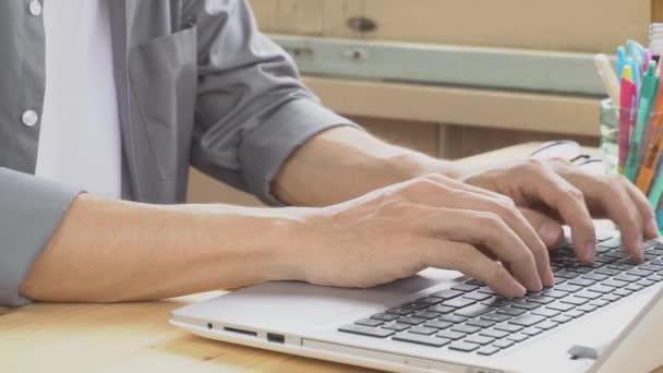 Šedé tričko podnikatel psaní na klávesnici pro laptop. Malé podnikání malých a středních podniků nebo spuštění lidskou práci nebo kontaktování nebo komunikovat se zákazníkem pomocí připojení k Internetu. Ahoj rozlišení 4k 3840 × 2160 záběry