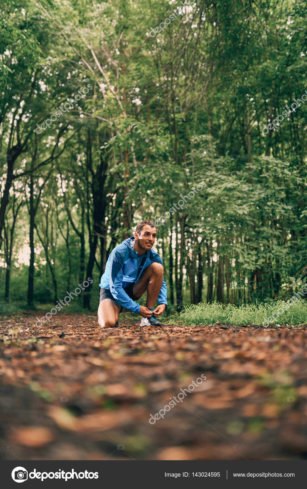 599df03009 Jogger masculino forma lazos de zapatos mientras que la formación de ...