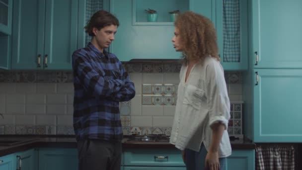 Mladý dvacetiletý pár se hádá doma na modré kuchyni, přítelkyně křičí obviňujícího přítele. Rodinný konflikt žárlivosti.