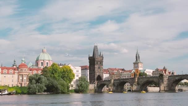 Praha, 10. dubna 2017: Pražská panorama se starými byty, Karlovým mostem a Staroměstskou mostem, každý den přitahuje tisíce turistů.