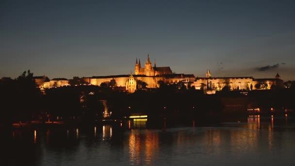 Noční pohled na Pražský hrad a Vltavu, Česká republika