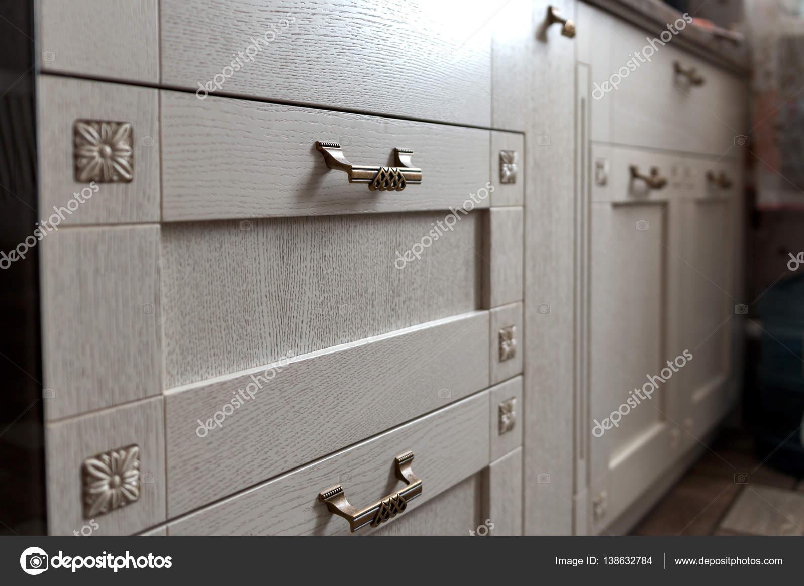 Metalen Kast Retro : Retro metalen kast knoppen in de keuken u stockfoto evpv