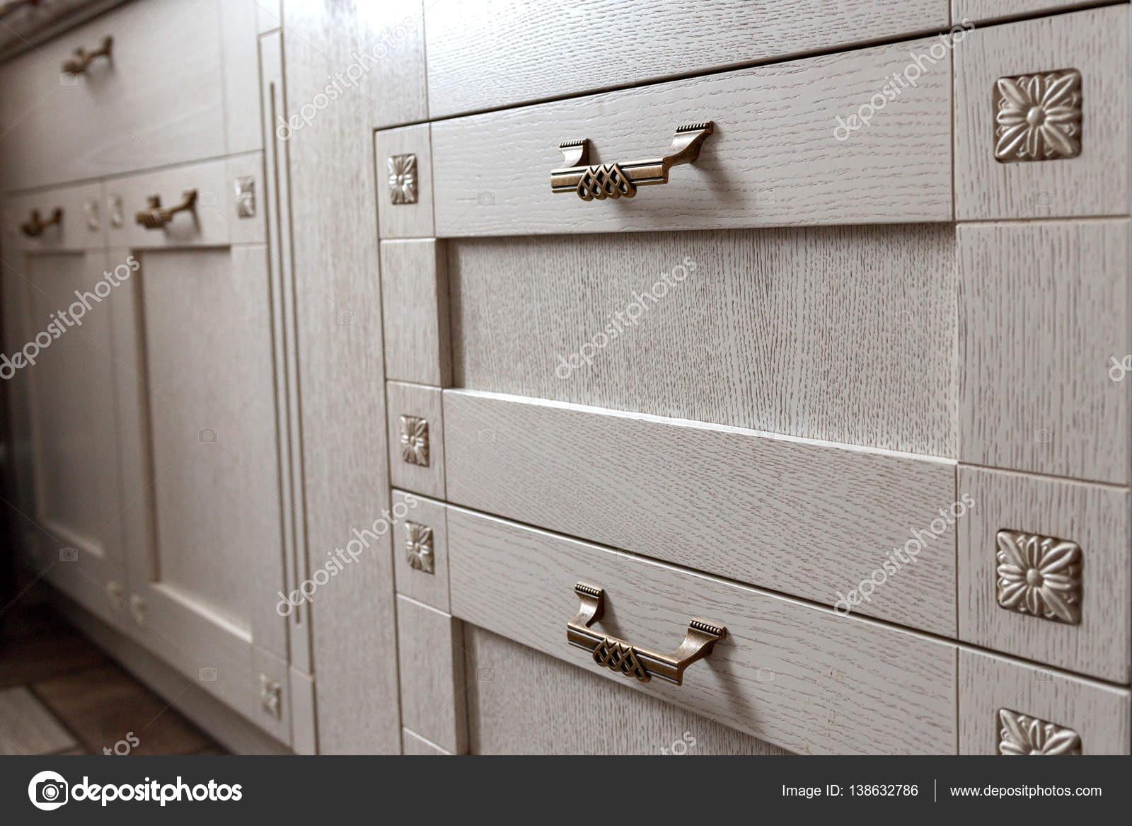 Retro-Griffe Metall Schrank in der Küche — Stockfoto © evpv #138632786