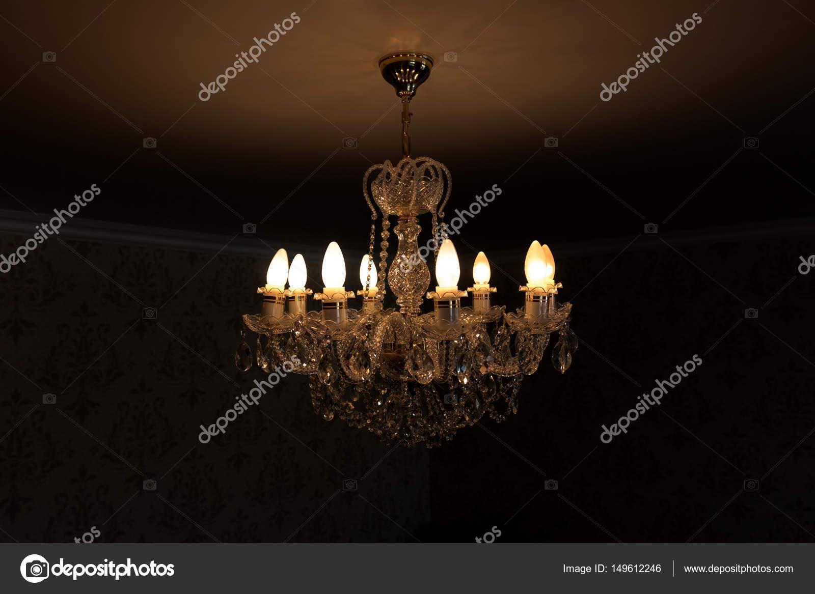 Kronleuchter Glühbirne ~ Eine brennende glühbirne auf eine kristall kronleuchter auf einem