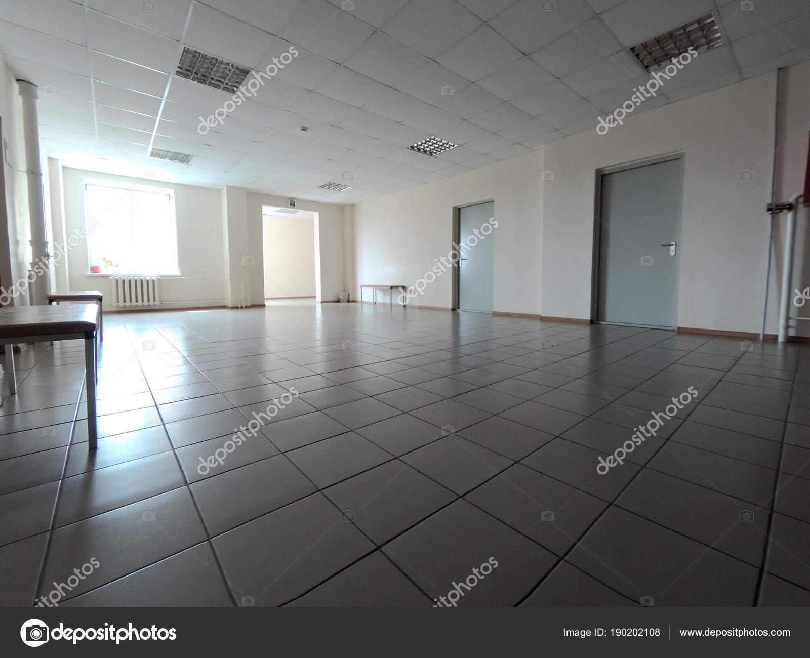 Tegels Over Tegels : Kantoorruimte met tegels op de vloer u stockfoto evpv