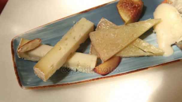 Pohled shora rukou zvedl kus sýra z misky parta sýr