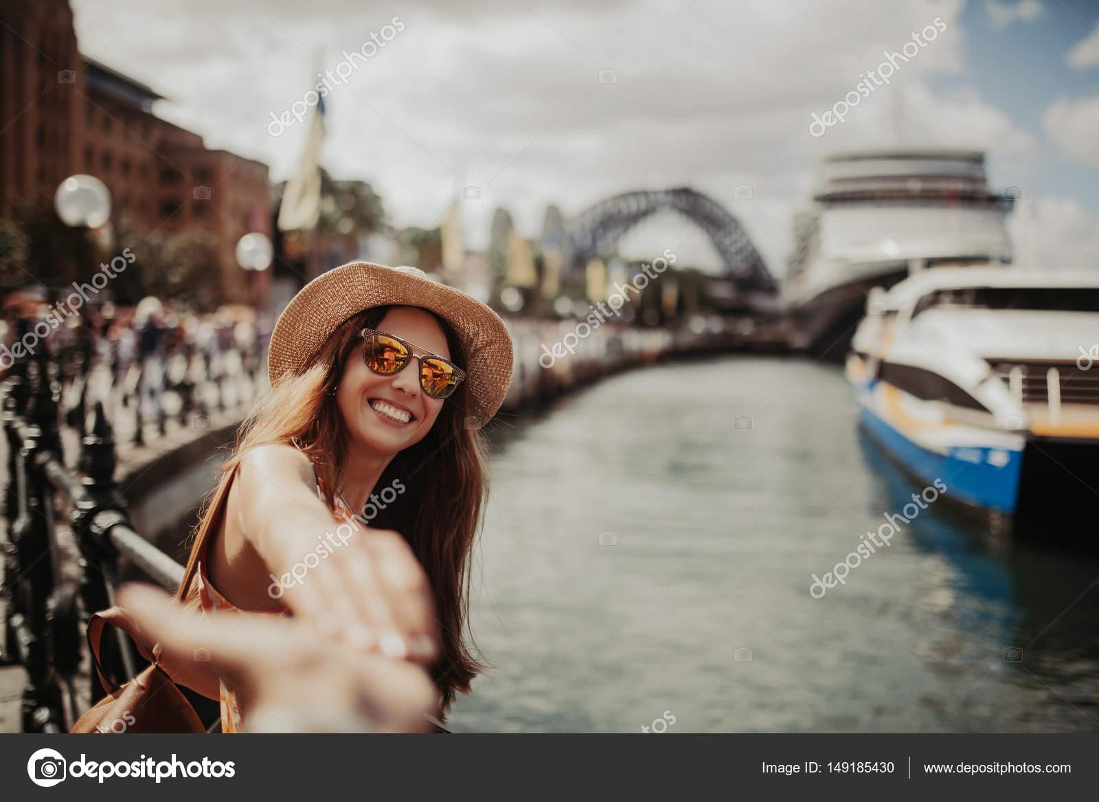 シドニー港の彼女の写真を取って...