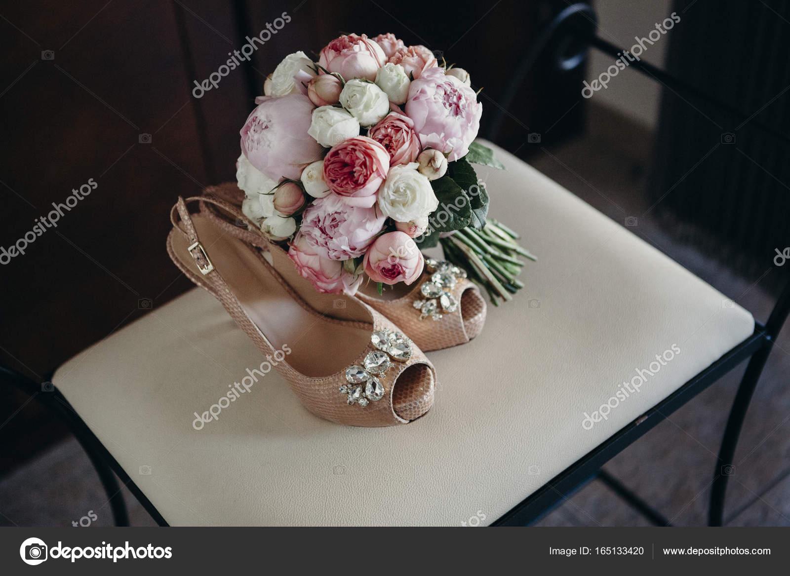 Hochzeitsschuhe Und Brautstrauss Mit Weissen Und Rosa Rosen
