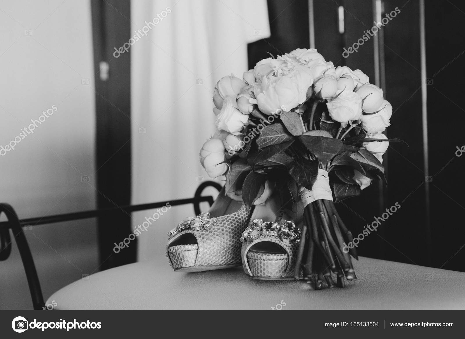 Hochzeitsschuhe Und Brautstrauss Schwarz Weiss Stockfoto