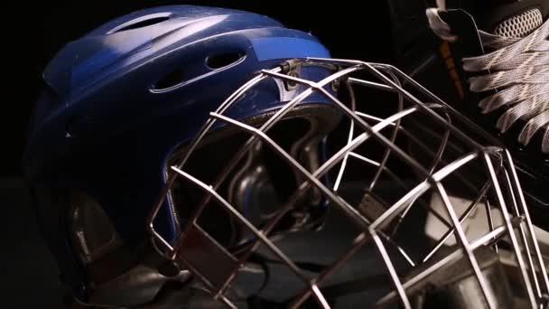 Detail dolly střílel na brusle a hokej helmy.
