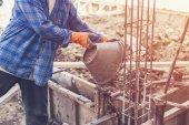 Fotografie Mann-Arbeiter mischen Zement Mörtel Gips für den Bau mit vi