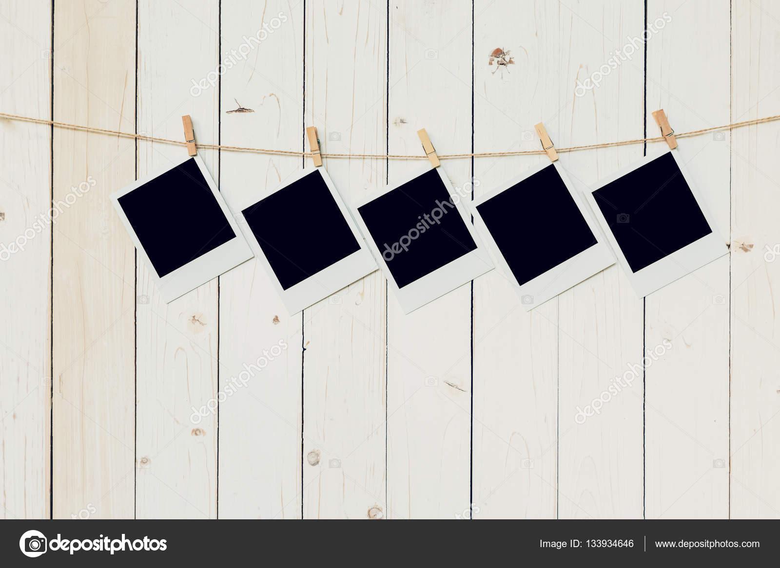 Fünf 5 leere Bilderrahmen hängen weiße Holz Hintergrund mit ...
