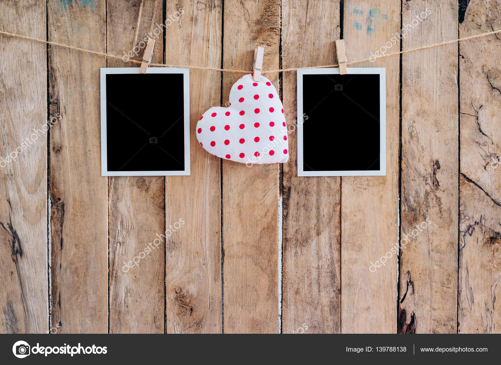 Weißes Herz und zwei Bilderrahmen hängen, Wäscheleine mit Seil ...