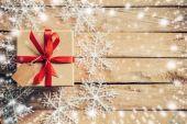Dárkové krabice a sněhu s bílé sněhové vločky a vánoční dekorace
