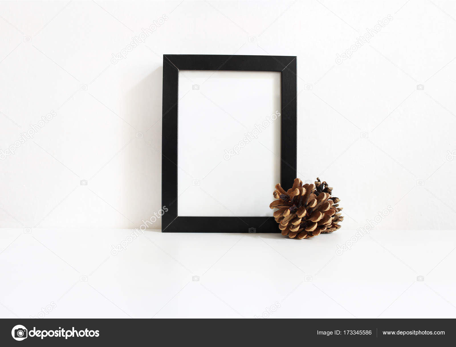 Maqueta de marco de madera en blanco vertical negro con conos de ...
