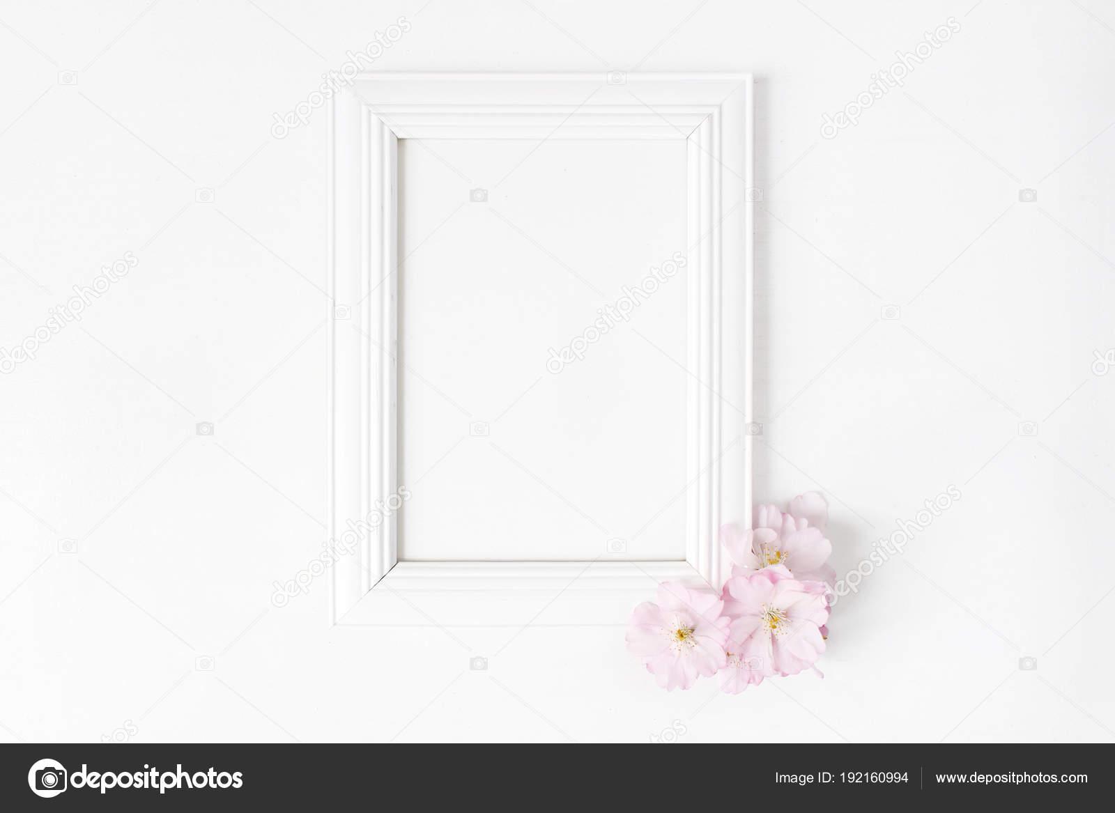 Maqueta de marco de madera en blanco blanco de la imagen con color ...