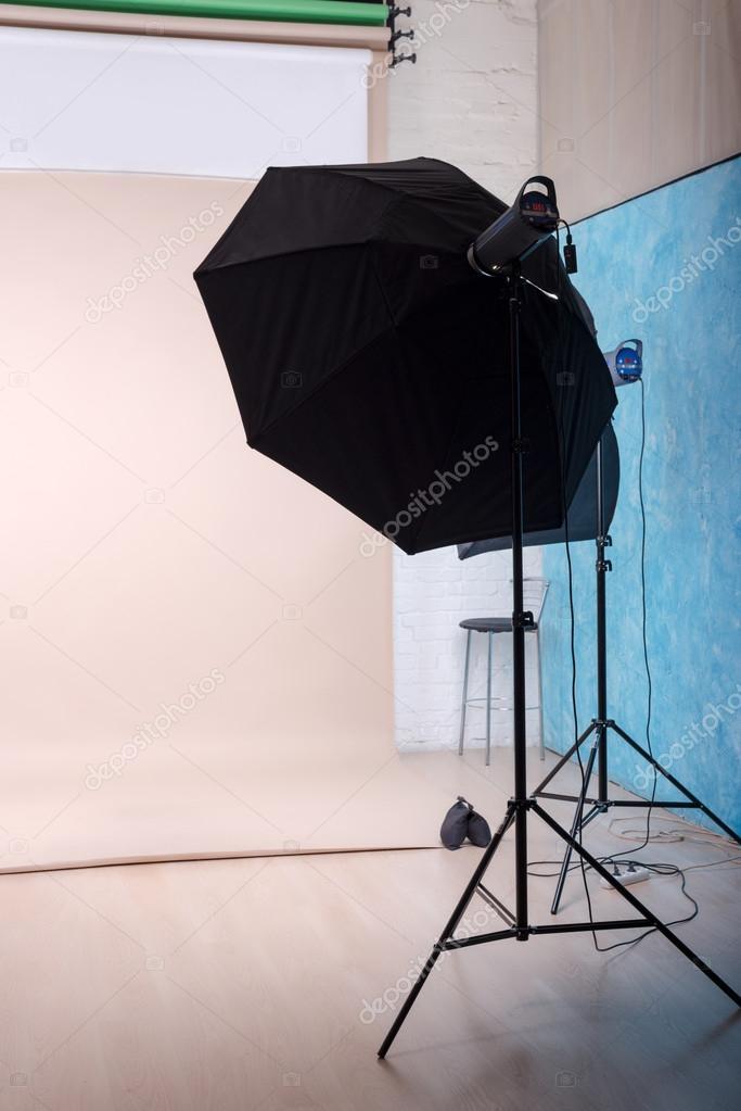 Fotostudio Beleuchtung | Leere Fotostudio Mit Beleuchtung Ausrustung Und Papier Hintergrund