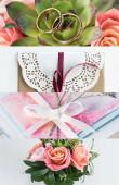 zöld levelek, rózsák, arany jegygyűrűk és borítékok kollázsa