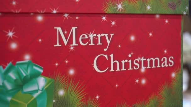 Šťastný a veselý nápis v dárkovém balení