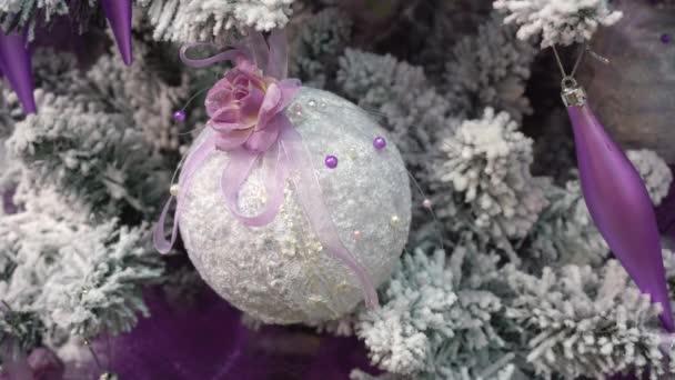 Fehér golyó a karácsonyfa