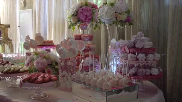 Candy Bar na stůl s květinami na svatbě