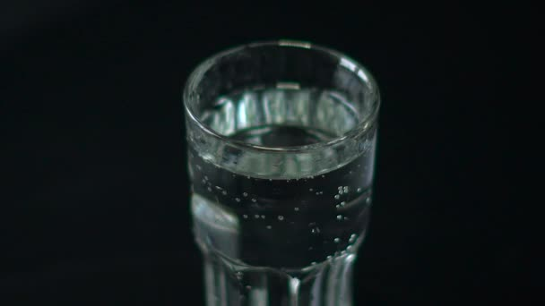 Limettenscheibe Tropfen in ein Glas Wasser