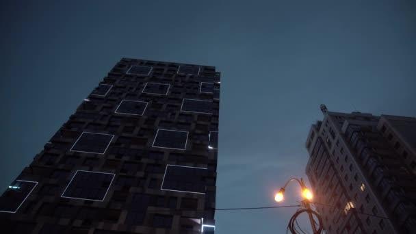 Lichtshow spiegelt sich auf Hochhaus aus Vollglas