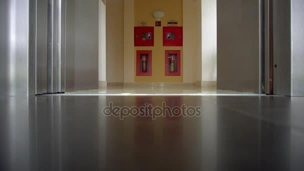 otevření dveří v moderní výtah