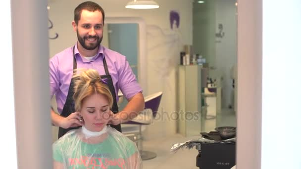 Muž kadeřnice a klient žena