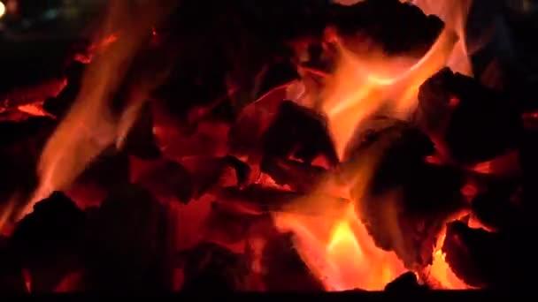 Feuer mit Holz und Beinen verbrennen