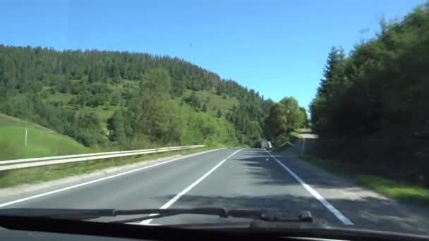 Jízdy na silnici v hornaté krajině