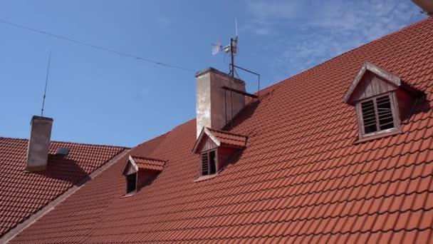 Starou červenou střechou s vikýři
