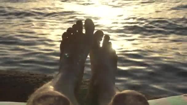 Piedi nudi di uomo che si trova sulla spiaggia
