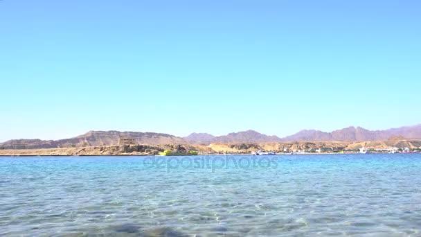 Panorama z modré moře s žluté plavidlo plovoucí