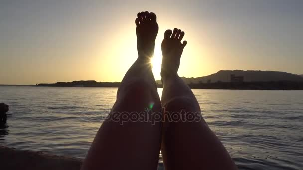 Žena nohy zvedl vysoko na západ slunce
