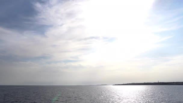 Pohled na oblohu s mraky z lodi