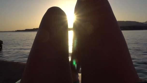 Žena nohy, relaxační vleže při západu slunce