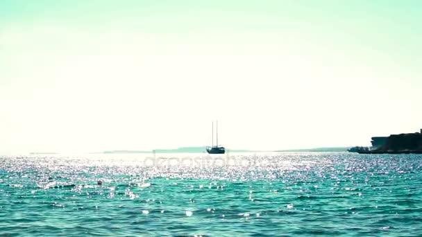 Jachta zakotvena v tropické vody jasné