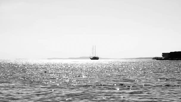 Loď stojí v moři v blízkosti pobřeží