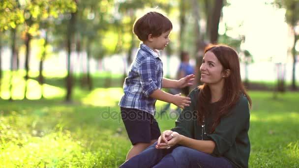 Mladý chlapec líbá svou matku